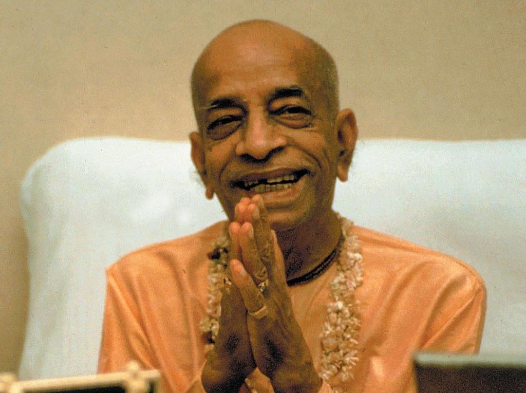 просветленный Мастер Свами Прабхупада, показывает второй способ, как делать ладушки