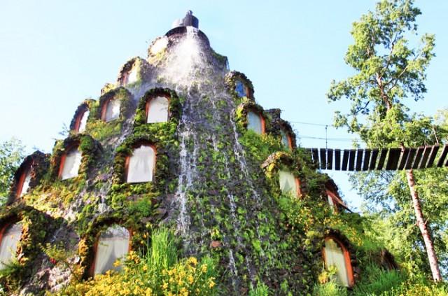 Этот необычный отель на 13 номеров, расположенный в лесах на севере Чили, словно создан для поклонников фэнтези. Вход через подвесной мостик, а на вершине здания - фонтан.